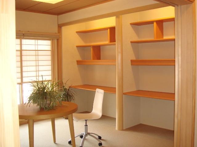 造り付けの2台の机・本棚