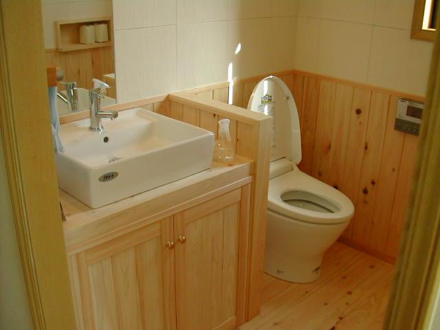 腰壁に合わせた造り付けの洗面台